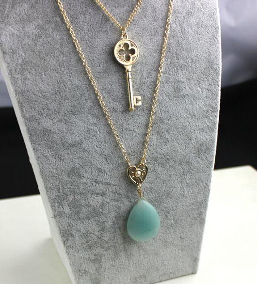 gargantilha de ouro com chave e pedra verde