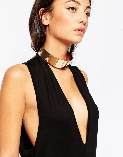 gargantilha de ouro modelo coleira com vestido