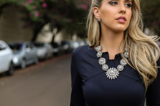 maxi colar prata com vestido preto