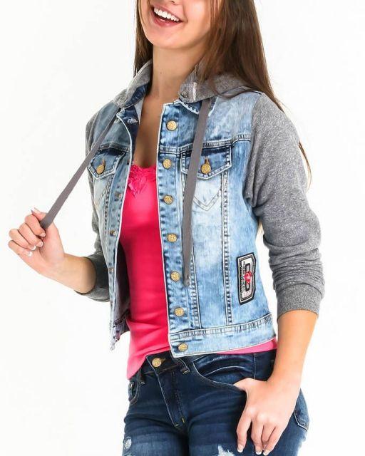 jaqueta jeans com manga de moletom estilo colegial