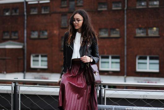 saia plissada com jaqueta de couro preta