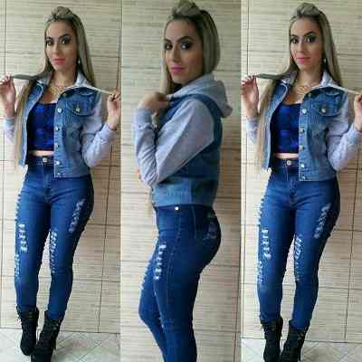jaqueta jeans com manga de moletom com calça jeans rasgada