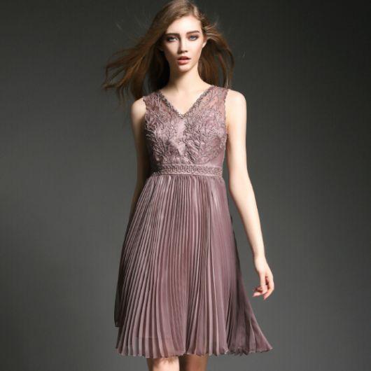 vestido de seda curto com saia drapeada