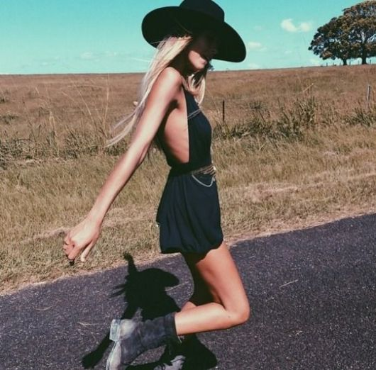 exemplo de look country com chapéu