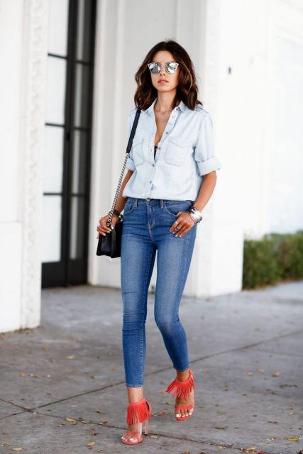 sandália de franja em look jeans com jeans