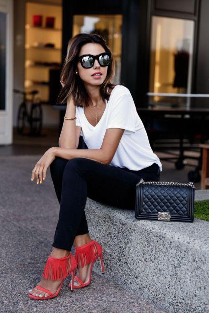 sandália de franja vermelha com calça social