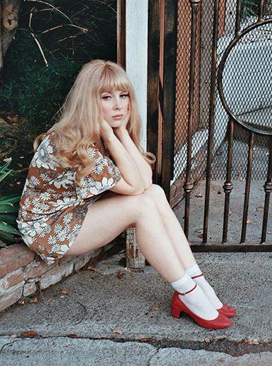 exemplo de looks anos 60 femininos sapatos mary jane