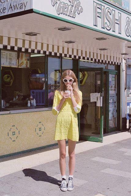 exemplo de looks anos 60 femininos óculos escuros