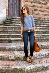 Look com camisa jeans, cinto e calça jeans