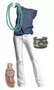 Look básico com colar turquesa