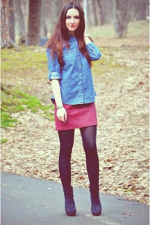 saia vermelha com blusa jeans para ir ao shoppig