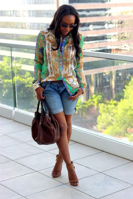 look para shopping com short jeans e blusa