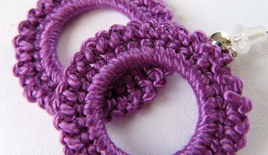maxi brincos lilás de crochê