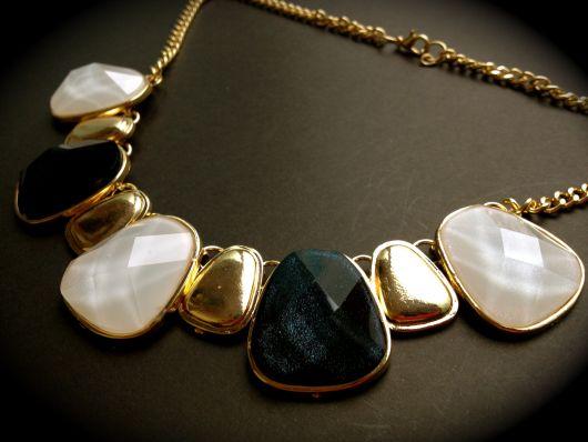 maxi colar dourado com pedras naturais