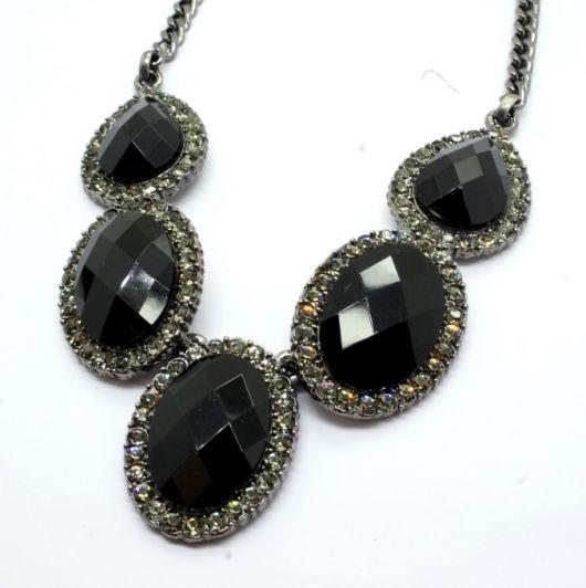 maxi colar com pedras pretas e brilho