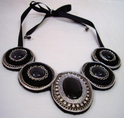maxi colar com pedrinhas pretas