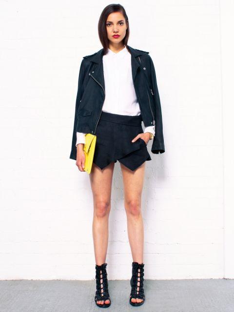 saia assimetrica com jaqueta de couro