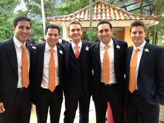 padrinhos e noivo com o mesmo tom na gravata