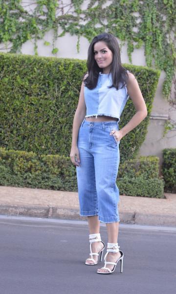 regata jeans com calça cropped