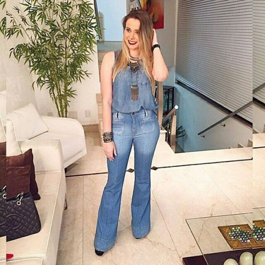 regata jeans com calça jeans