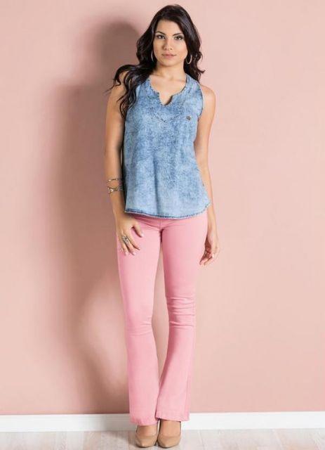 regata jeans com calça rosa