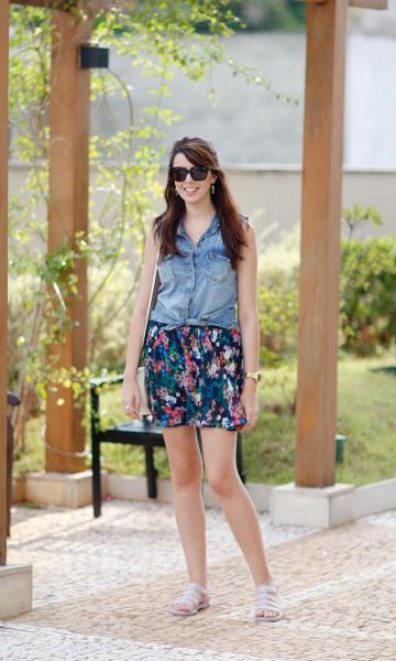 regata jeans com saia floral