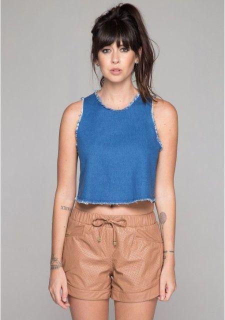 regata jeans com short de couro