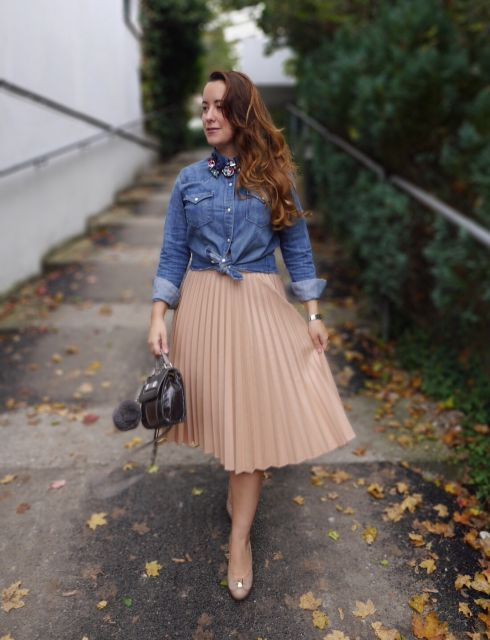 saia plissada com blusa jeans manga comprida