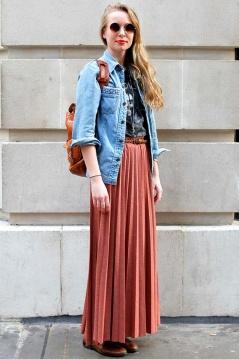 saia plissada com jaqueta jeans