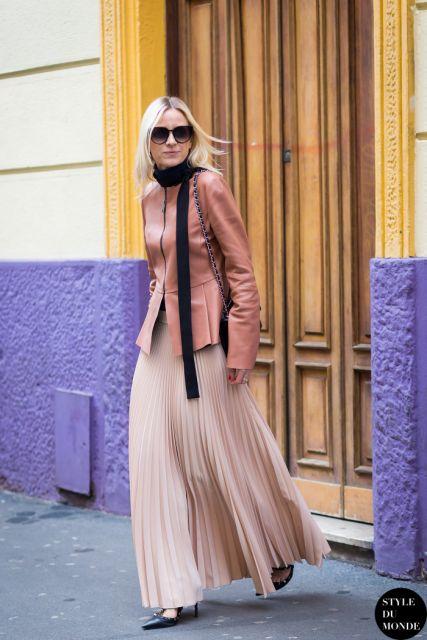 saia plissada com jaqueta de couro