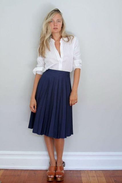 saia plissada com blusa de botão branca