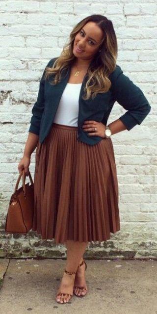 Mulher gordinha com saia e bolsa marrom e blazer.