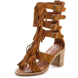 sandália de franja estilo gladiadora