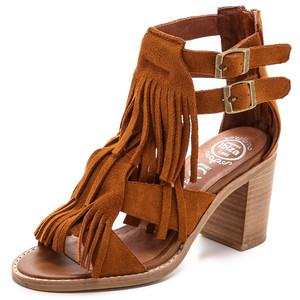 sandália de franja de salto grosso