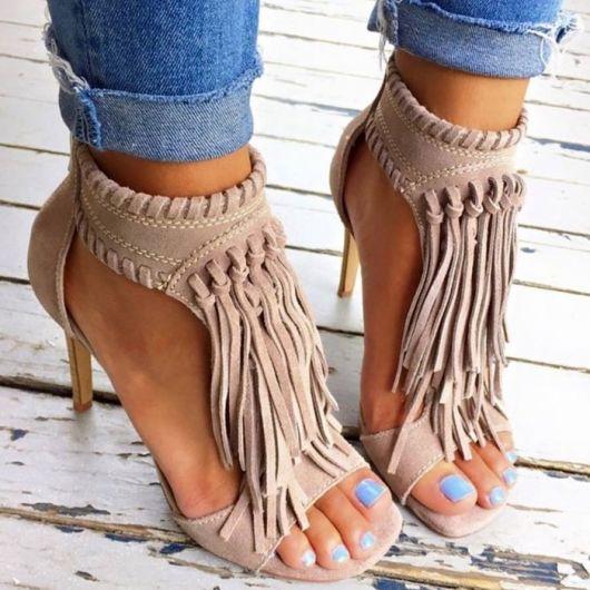 sandália de franja de salto alto