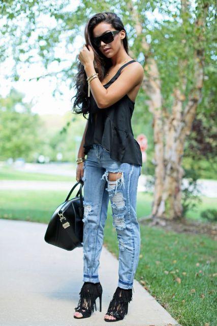 sandália de franja com calça jeans
