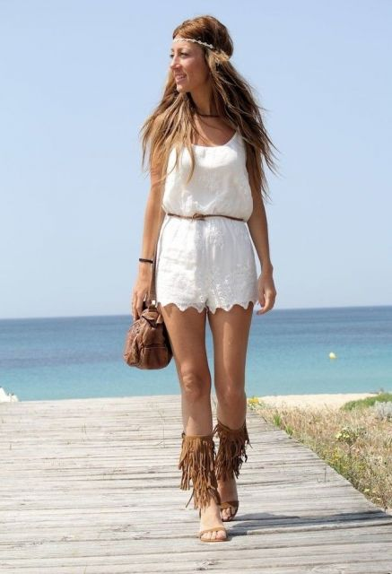 sandália de franja com look praia