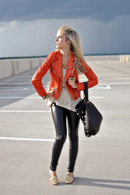 calça de couro no street style