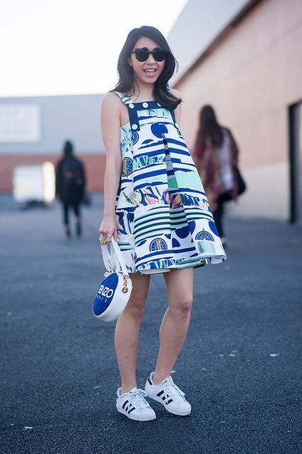 vestido de malha com tenis no street style