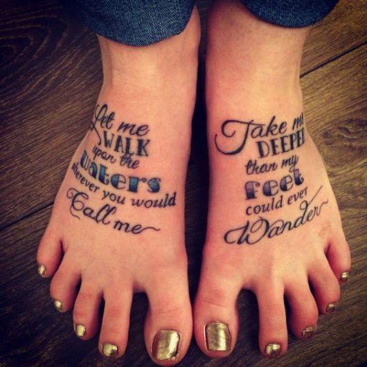 exemplo de tatuagem no pé feminina escrita