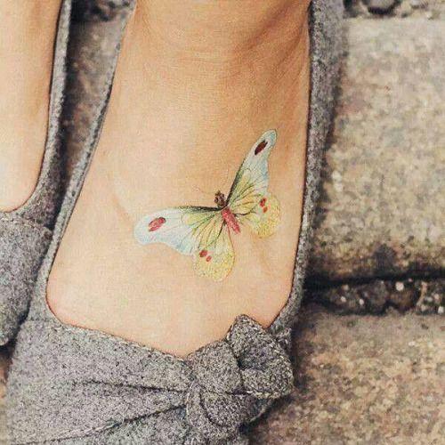 exemplo de tatuagem feminina no pé de borboleta