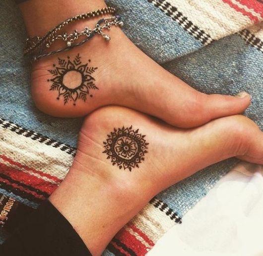 exemplo de tatuagem no pé feminina criativa