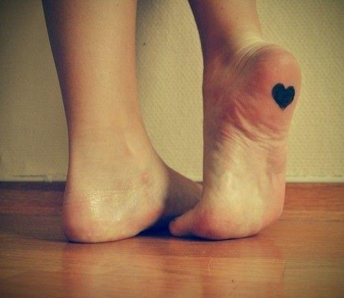 exemplo de tatuagem no pé feminina na sola do pé
