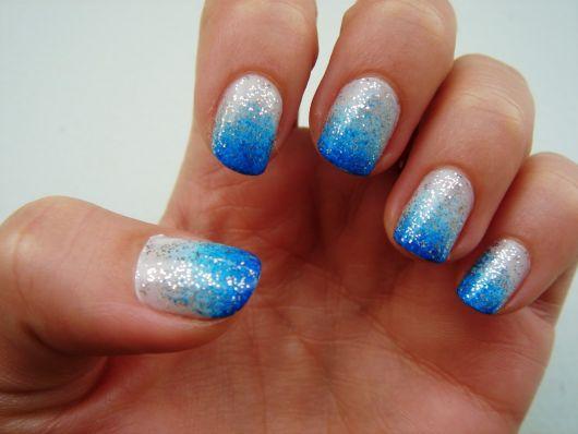 unhas decoradas fáceis de fazer azul e branco