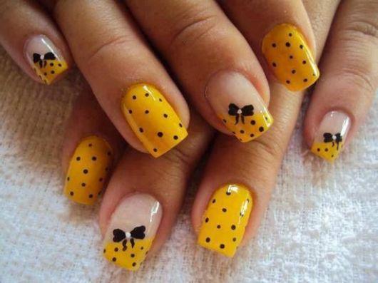 unhas decoradas fáceis de fazer com palito amarelo
