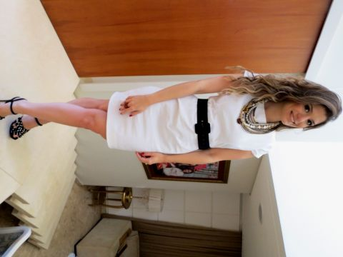 vestido branco com maxi colar
