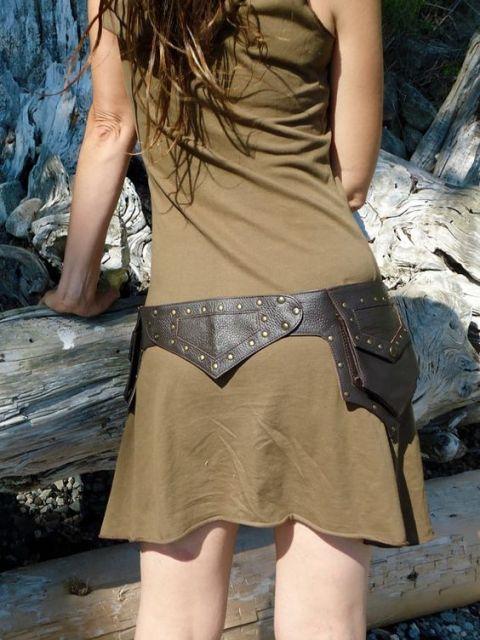vestido com cinto de couro