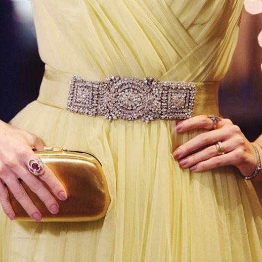 vestido com cinto festa amarelo