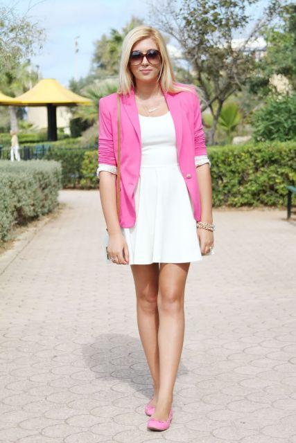 vestido branco curto com blazer rosa