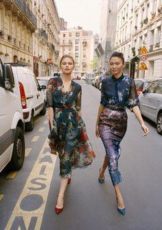 vestidos de seda florais com salto alto